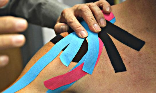 Taping alla spalla: cos'è, quando si applica e come stare ...